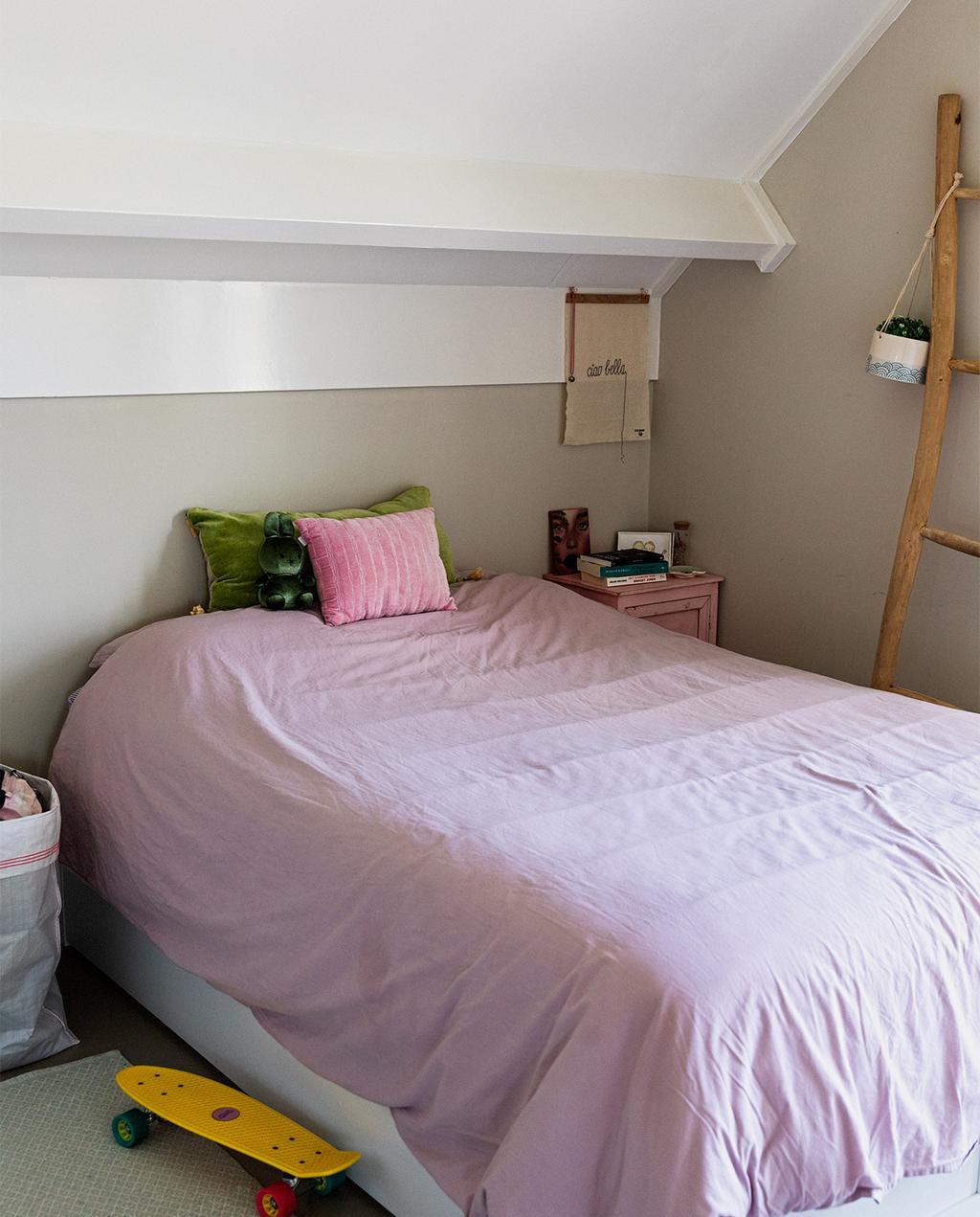 vtwonen 07-2021   roze dekbedovertrek in de slaapkamer