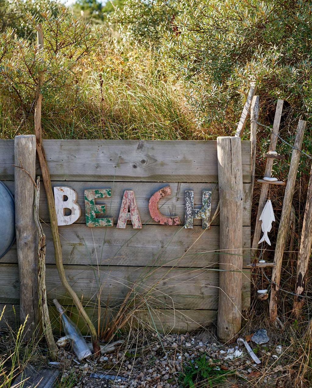 vtwonen 08-2020 | bk strandhuis in Egmond schutting met de tekst Beach zelf gemaakt
