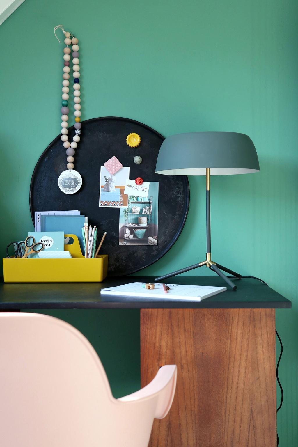 Taffellamp op de werkplek in het voorjaarshuis van blogger MY ATTIC