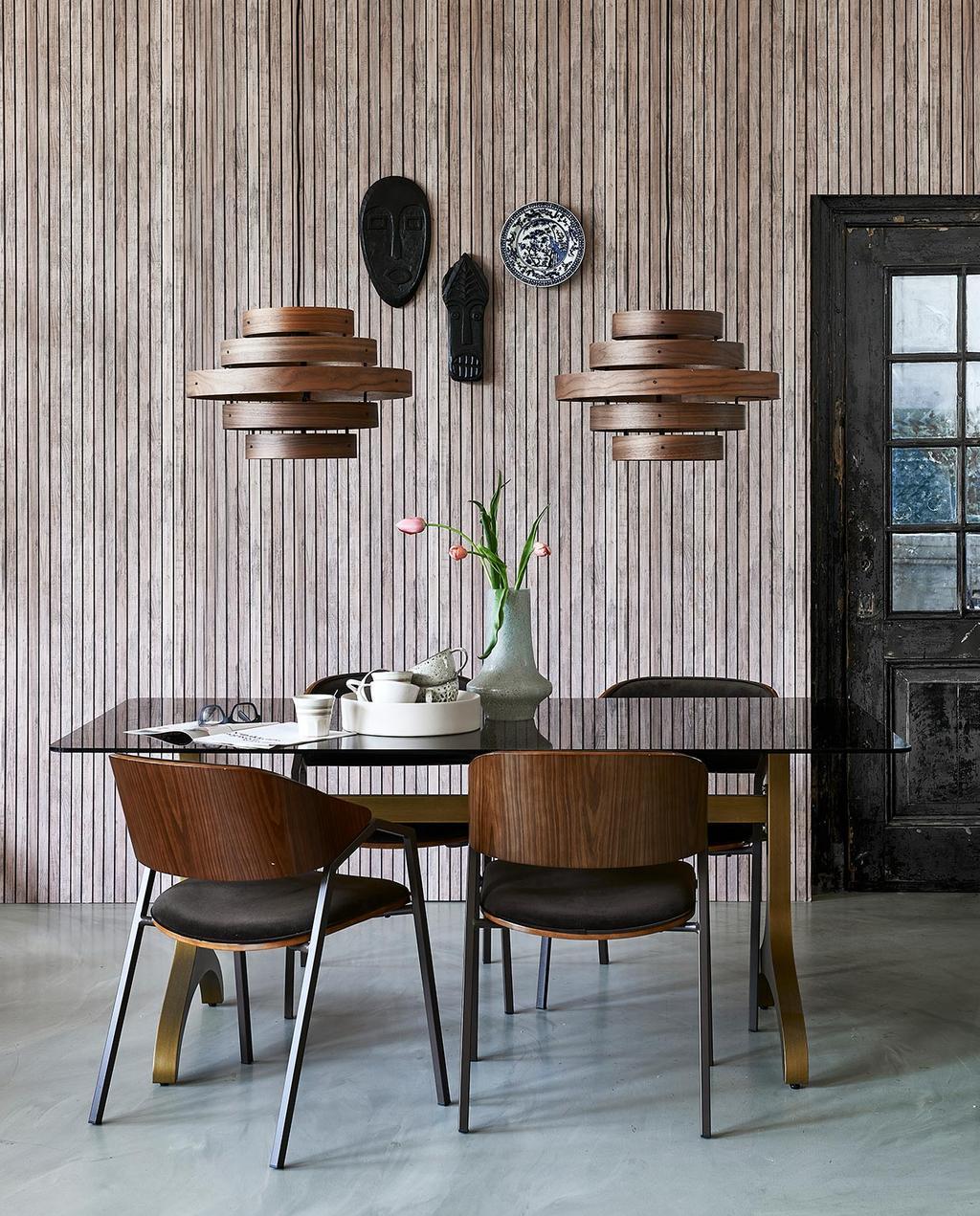 vtwonen 06-2021 | houten tafel met houten stoelen en bruine hanglampen