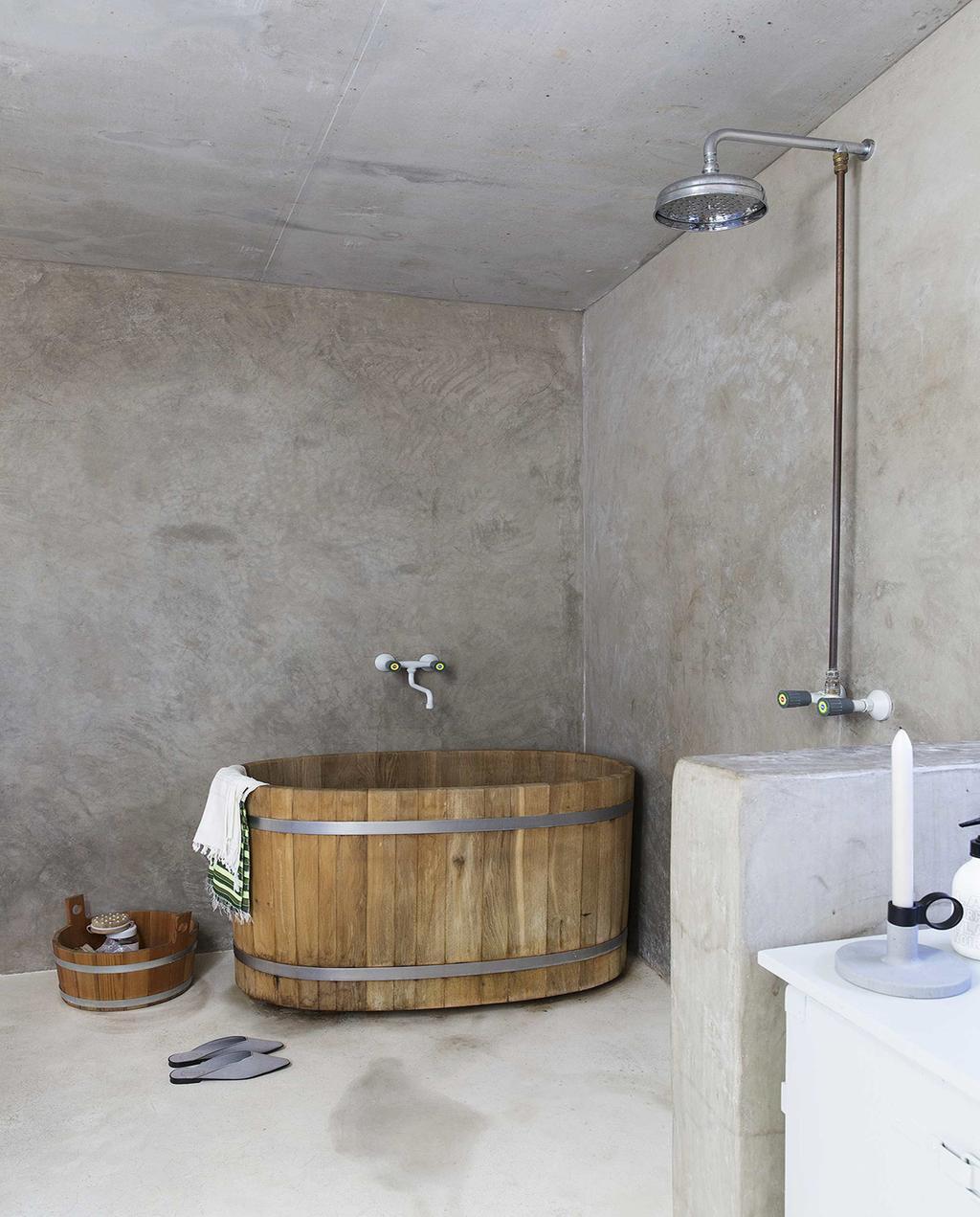 vtwonen 08-2016 | badkamer met rond bad van naturel hout