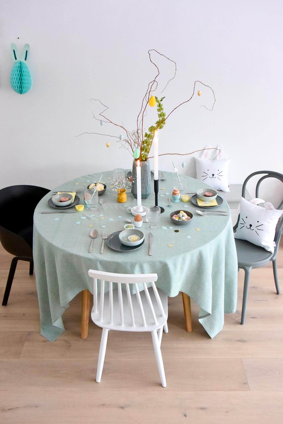 Hema-paastafel-gedekt-rond-lichtgroen-tafellaken-grijze-bordjes-groene-kommetjes