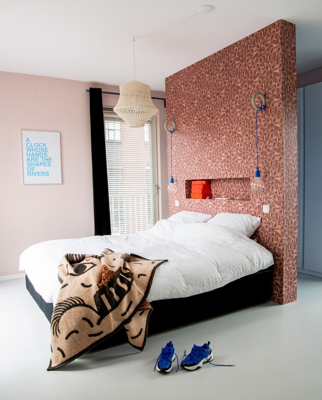 vtwonen binnenkijken special | binnenkijken in een kleurrijk nieuwbouwhuis in Eindhoven slaapkamer masterbedroom