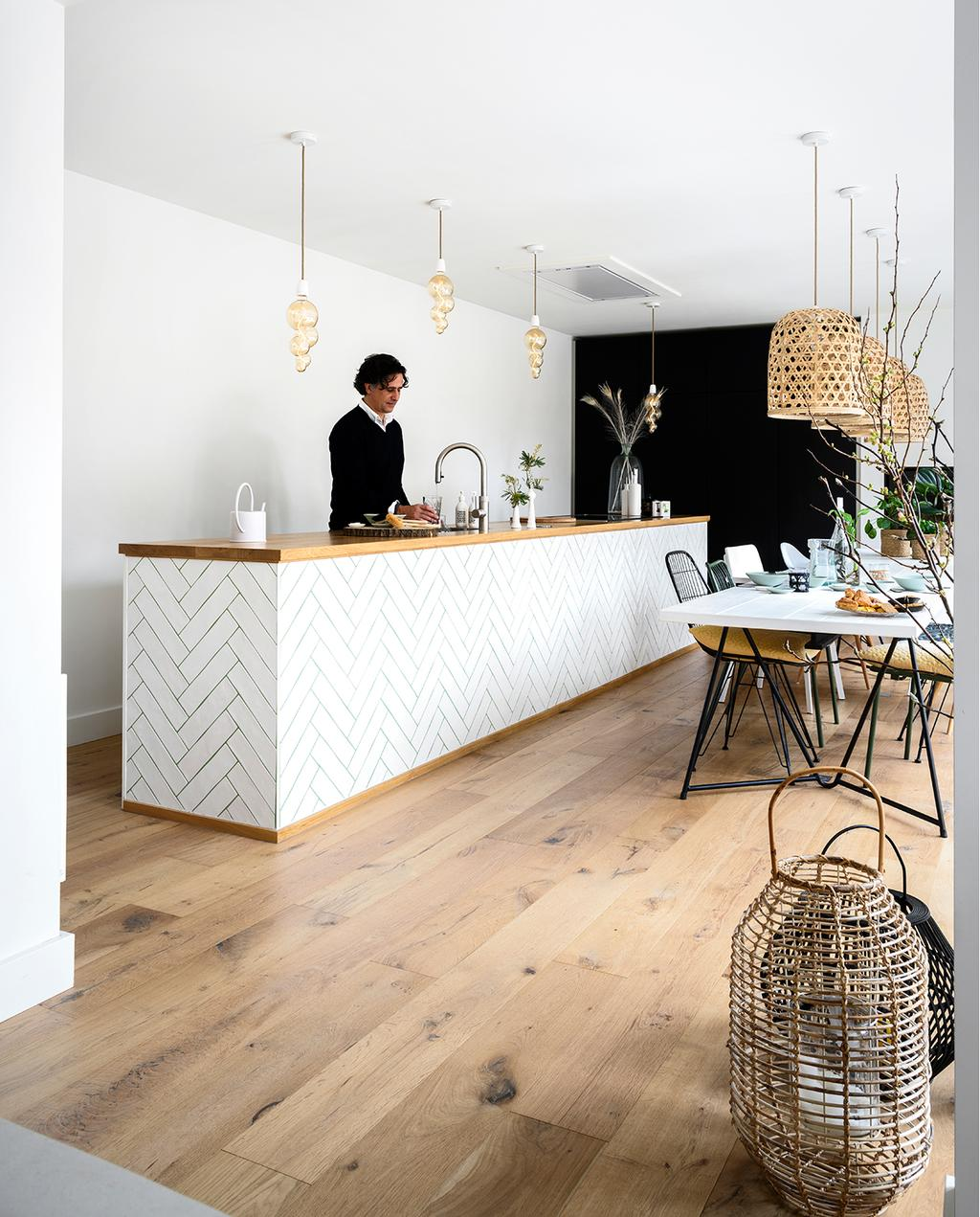 vtwonen 05-2020 | riant familiehuis Breda keuken met wit keukenblok