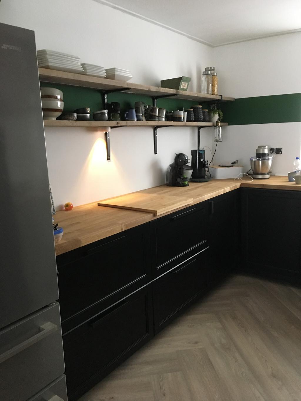 wonen-hier-nu-3-maanden-en-deze-keuken-hebben-we-er-nieuw-ingezet-het-blad-is-massief-hout-waardoor-het-een-soort-van-leeft
