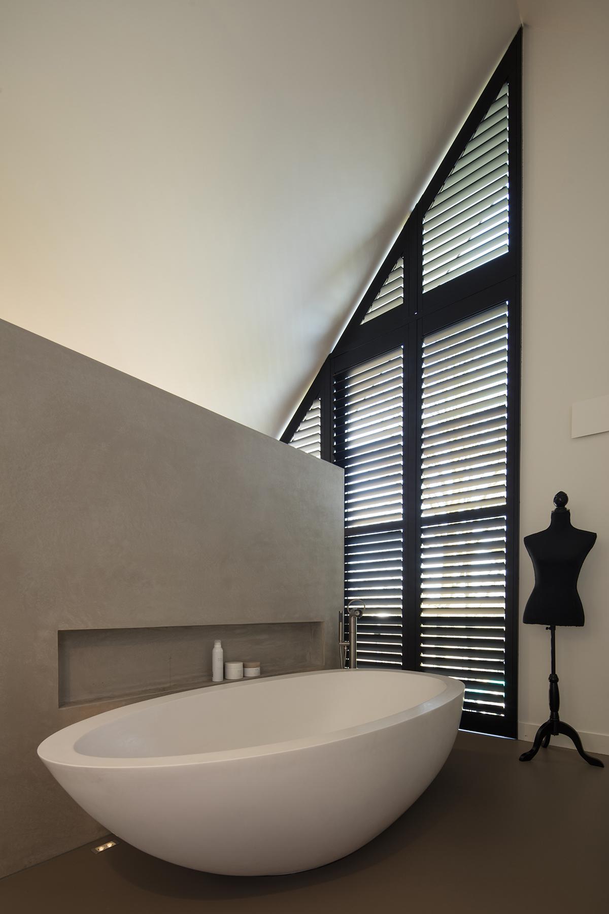 vrijstaand bad schuin dak shutters Jasno
