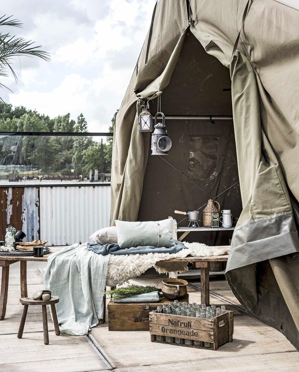 vtwonen 04-2017 | groene tent met daybed, plaids en een houten krat