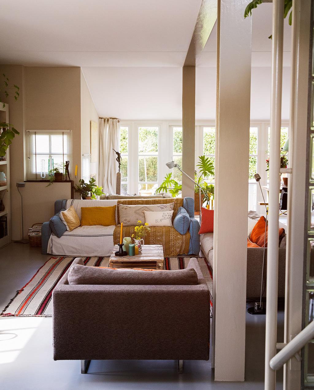 vtwonen 07-2021 | woonkamer met bijzondere bank, kleden en strepen | fortwachtershuis | binnenkijken