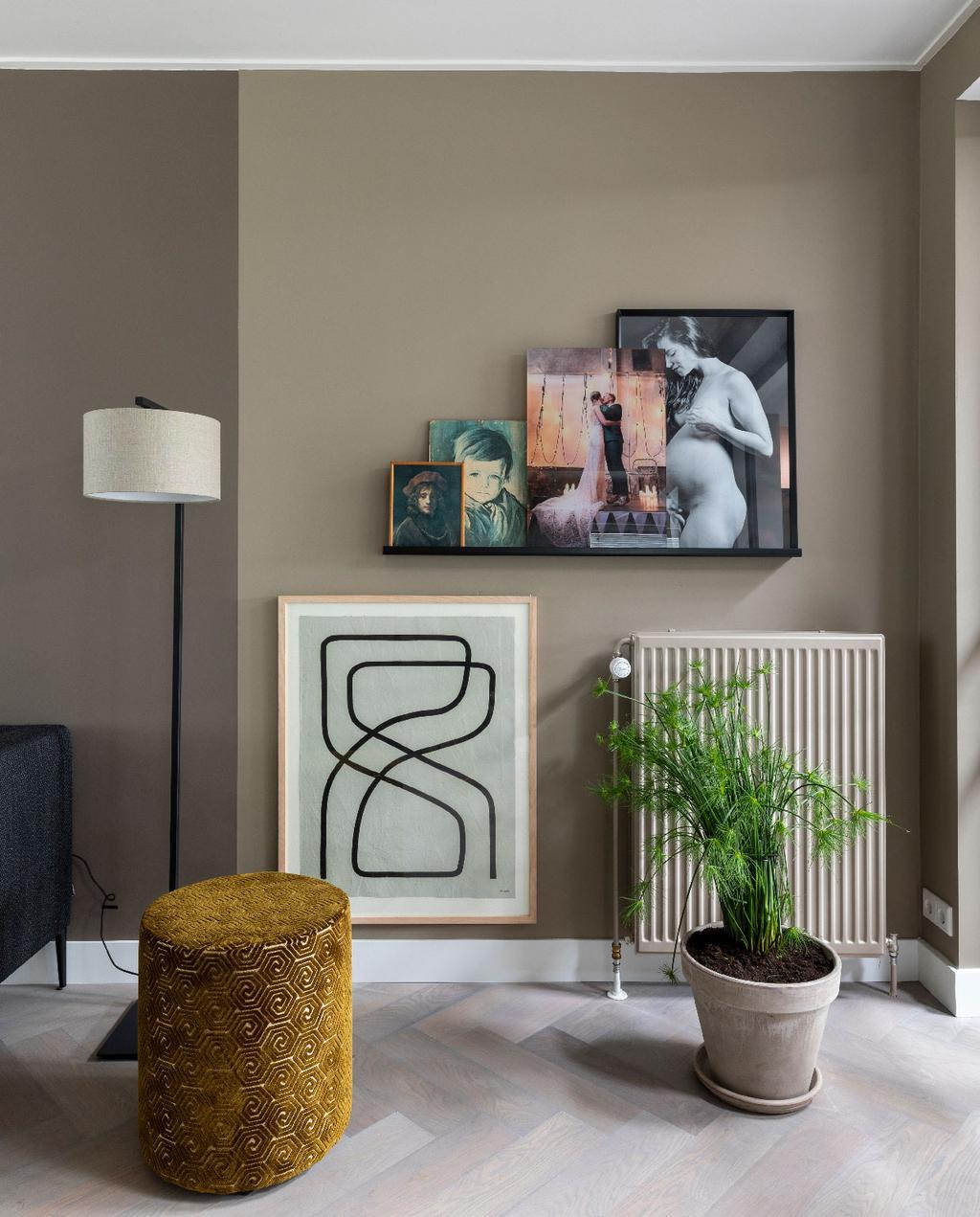 vtwonen weer verliefd op je huis | flexa trendkleur brave ground woonkamer met neutrale tinten en okergele poef