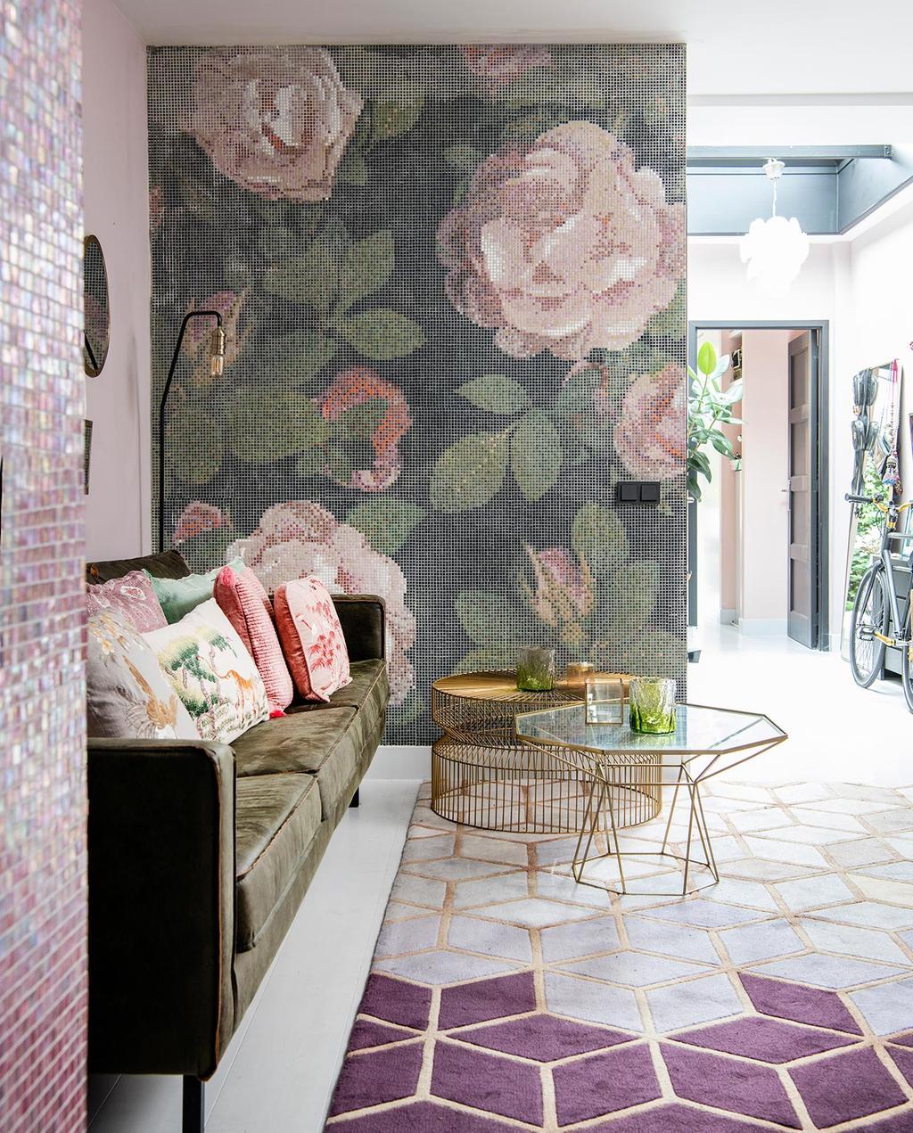 vtwonen 06-2021 | behang met bloemen en gouden salontafels met de paarse geometrische vloer in de Jordaan