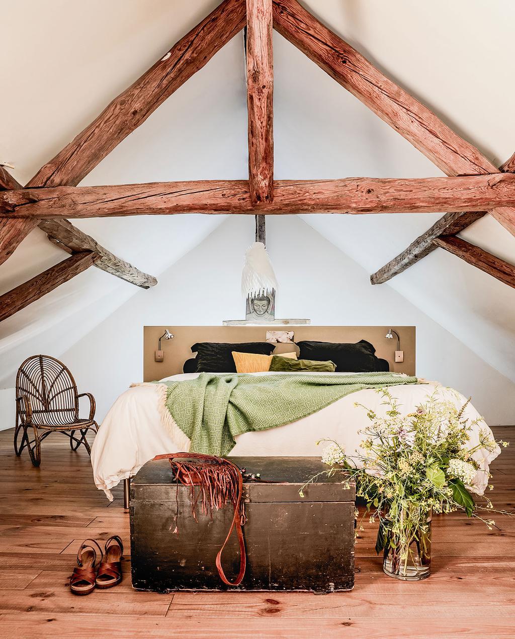 vtwonen 05-2021 | landelijke slaapkamer met zelfgemaakt hoofdbord en een schuin dak