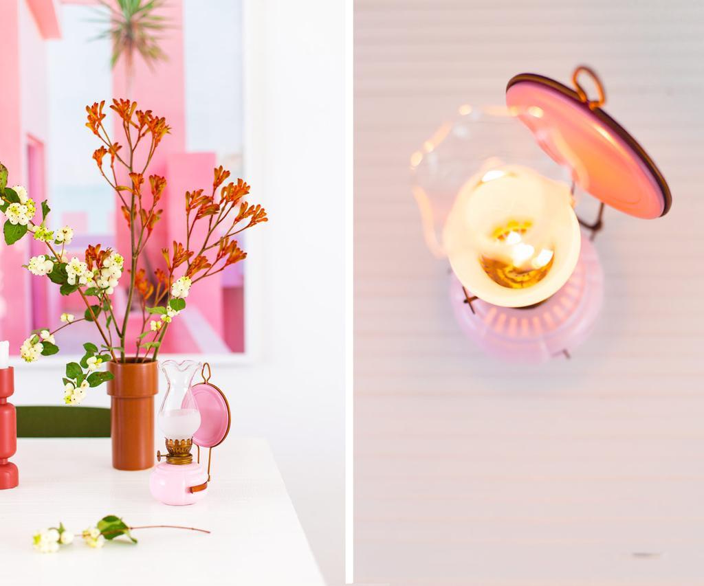Roze olielamp op tafel