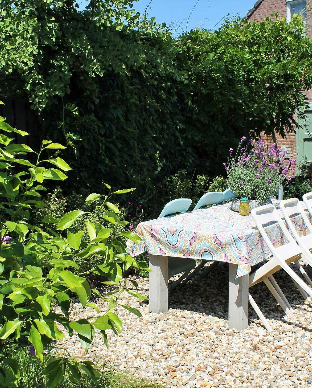 vtwonen blog kristel | minder tegels meer tuin grind onder tuintafel kristels tuin
