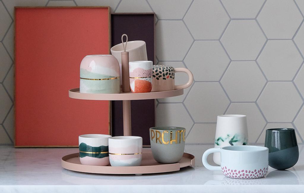 blog prchtg | koppen en mokken op een roze etagere