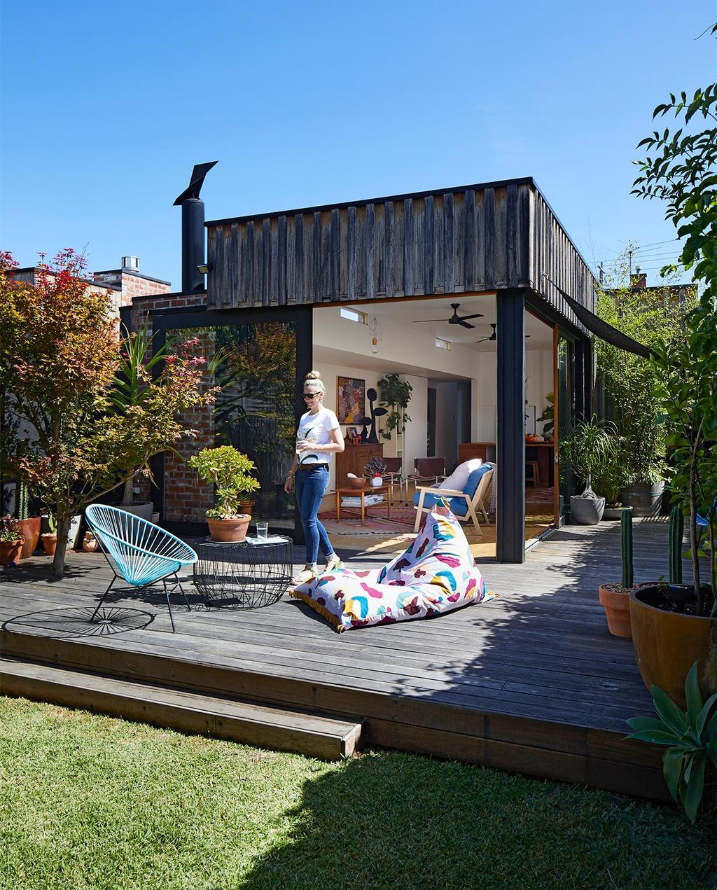 vtwonen binnenkijk special zomerhuizen 07-2021 | de tuin van de woning in Melbourne met luchtige stoelen