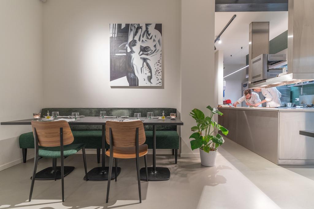 Interieur van Upton in Antwerpen met groene accenten
