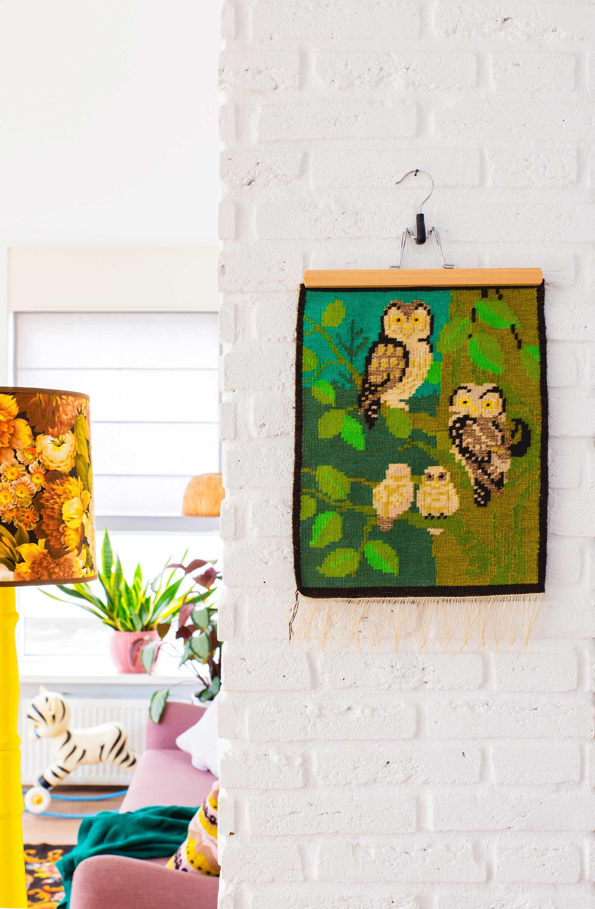 Vintage wandkleed met uilen in de woonkamer van blogger Oh Marie!