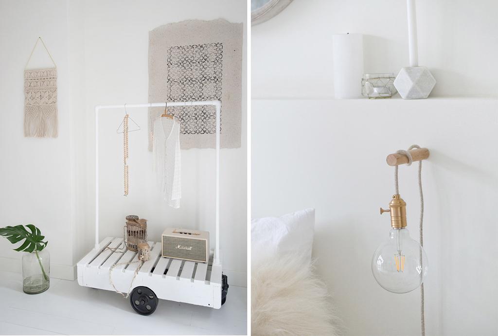 Wit kledingrek en een zelfgemaakte bedlamp in een lichte slaapkamer