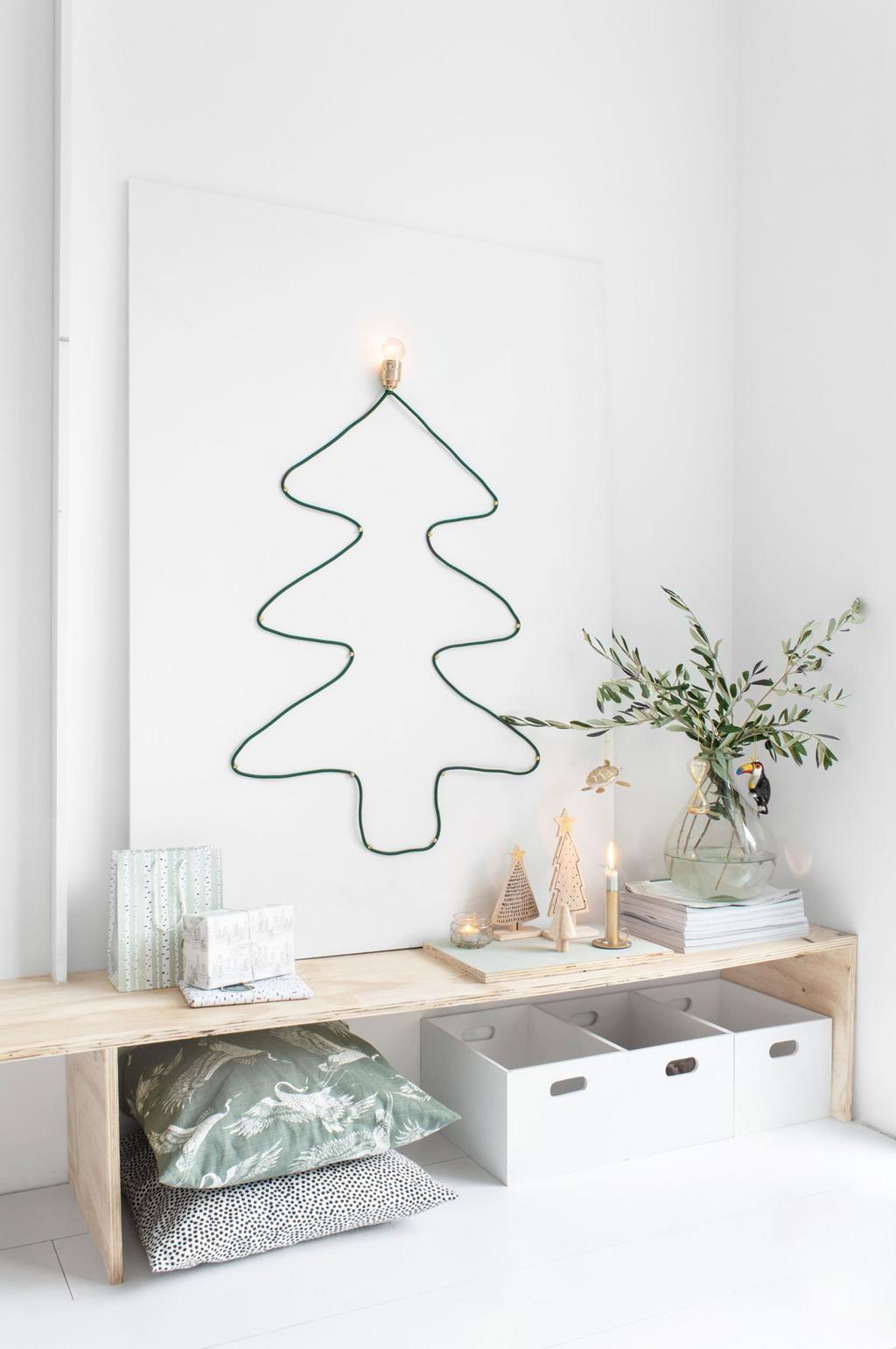 DIY kerstboom van strijkijzerdraad met lampenpit van blogger Tanja van Hoogdalem.