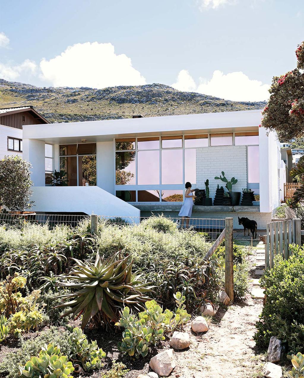 vtwonen special zomerhuizen 07-2021 | buitenkant van het wit moderne huis