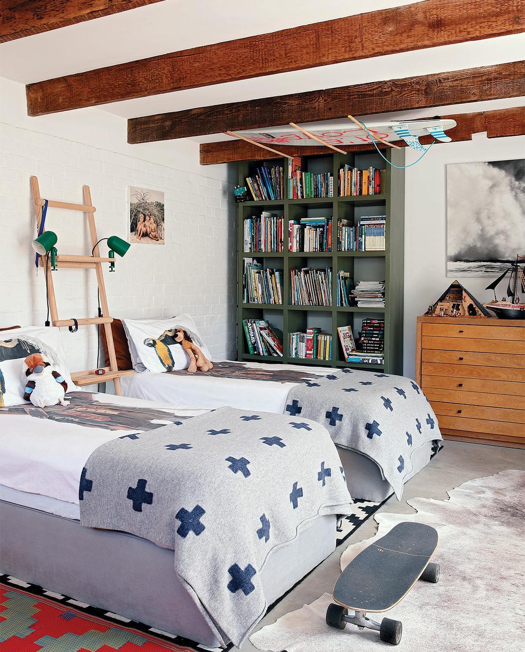 vtwonen special zomerhuizen 07-2021 | twee bedden in een tienerkamer met een skateboard