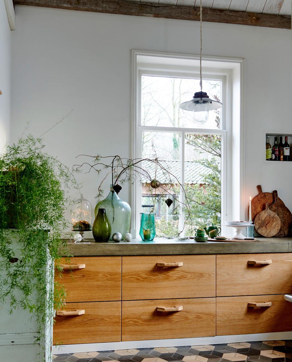 vtwonen 12-2019 | Binnenkijken in een boerderij in Aalten keuken hout en beton