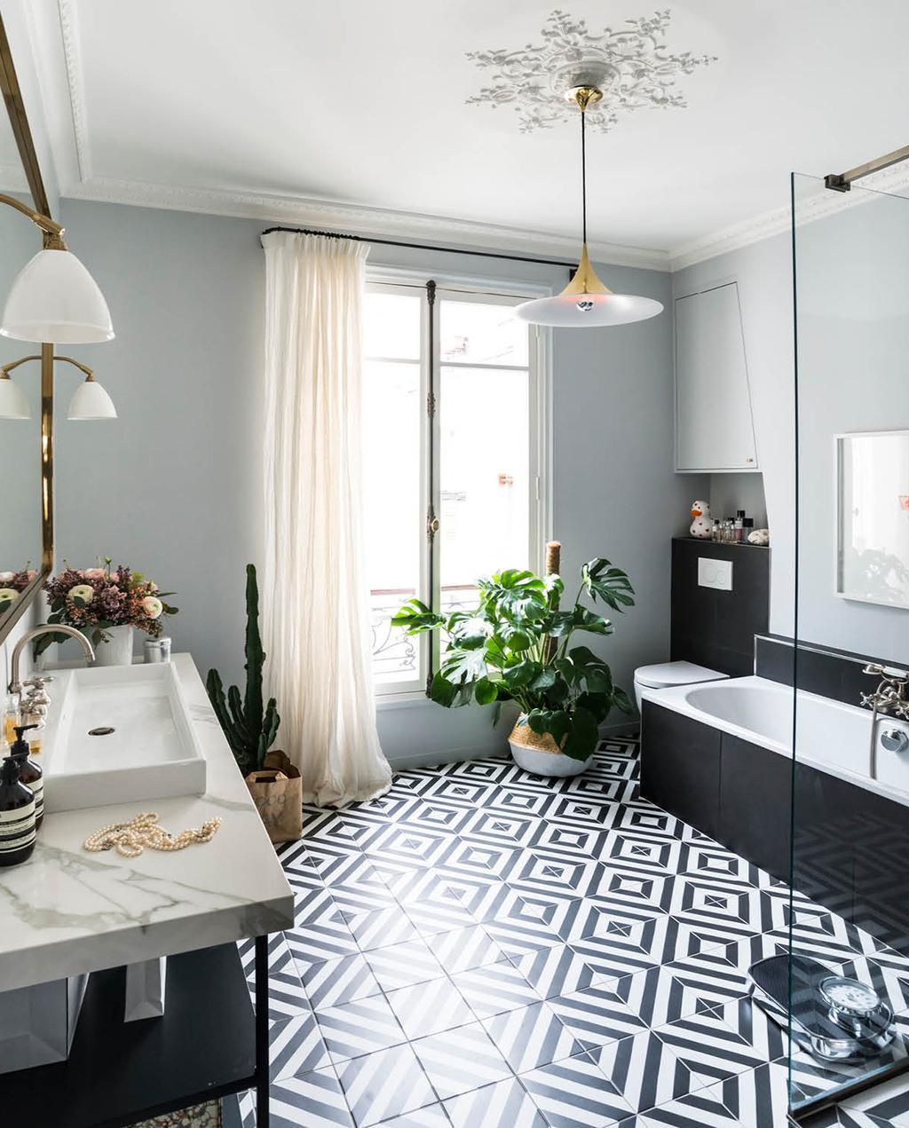 vtwonen 02-2019 | badkamer in Parijs zwart witte tegels