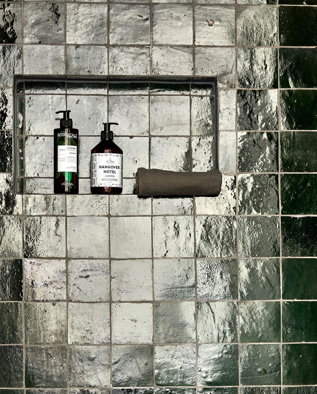 Groene tegels in de badkamer