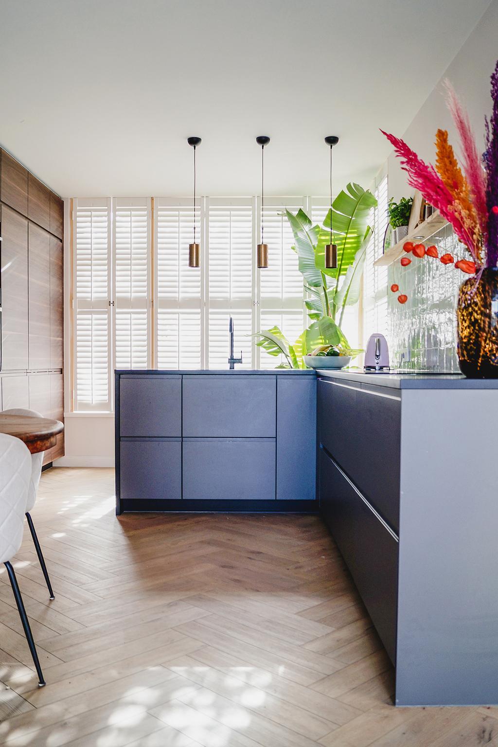 Keuken met dubbele visgraatvloer van COREtec | Foto @leonievanzonneveld