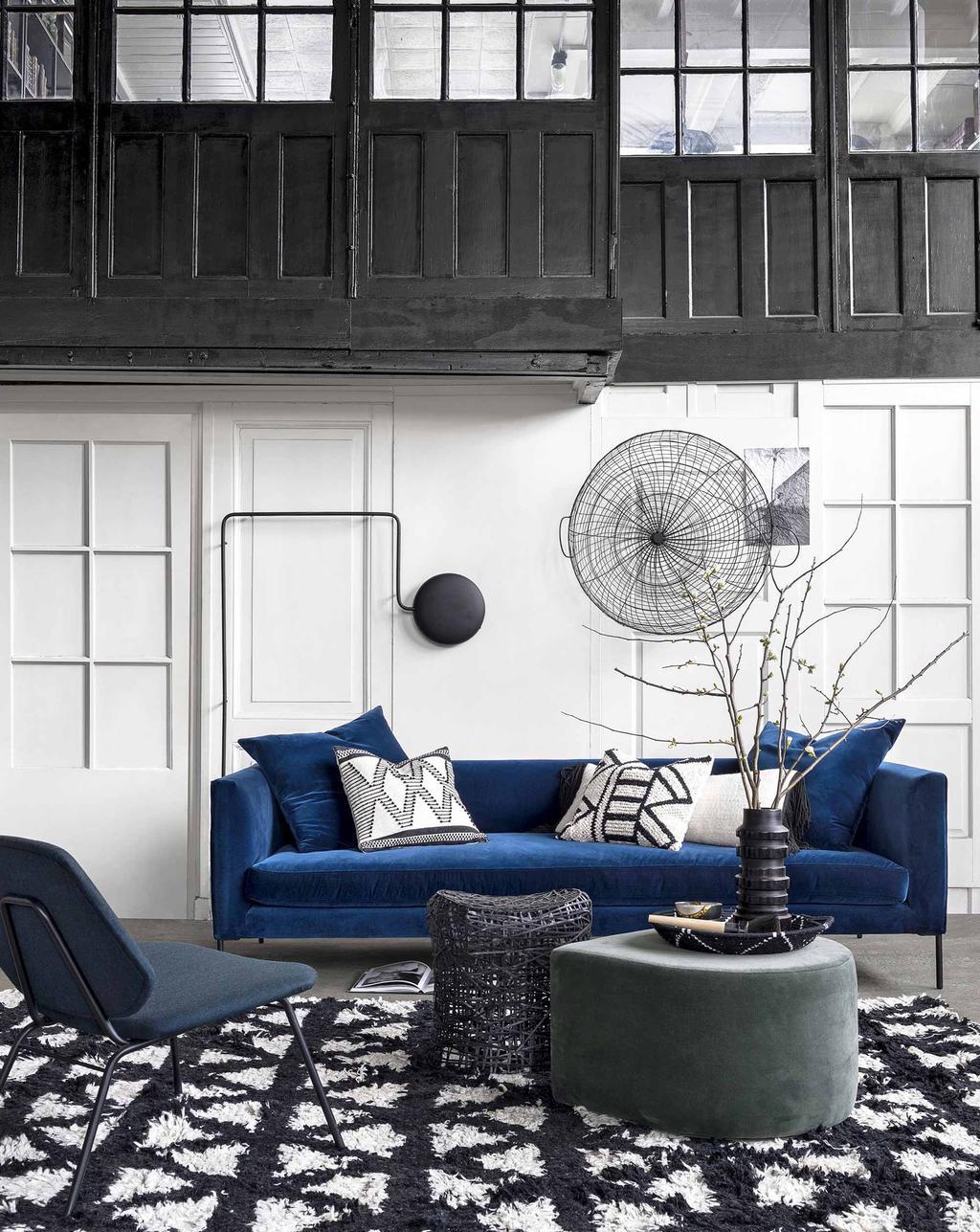 zwart-wit interieur blauwe bank zwart-witte kussens