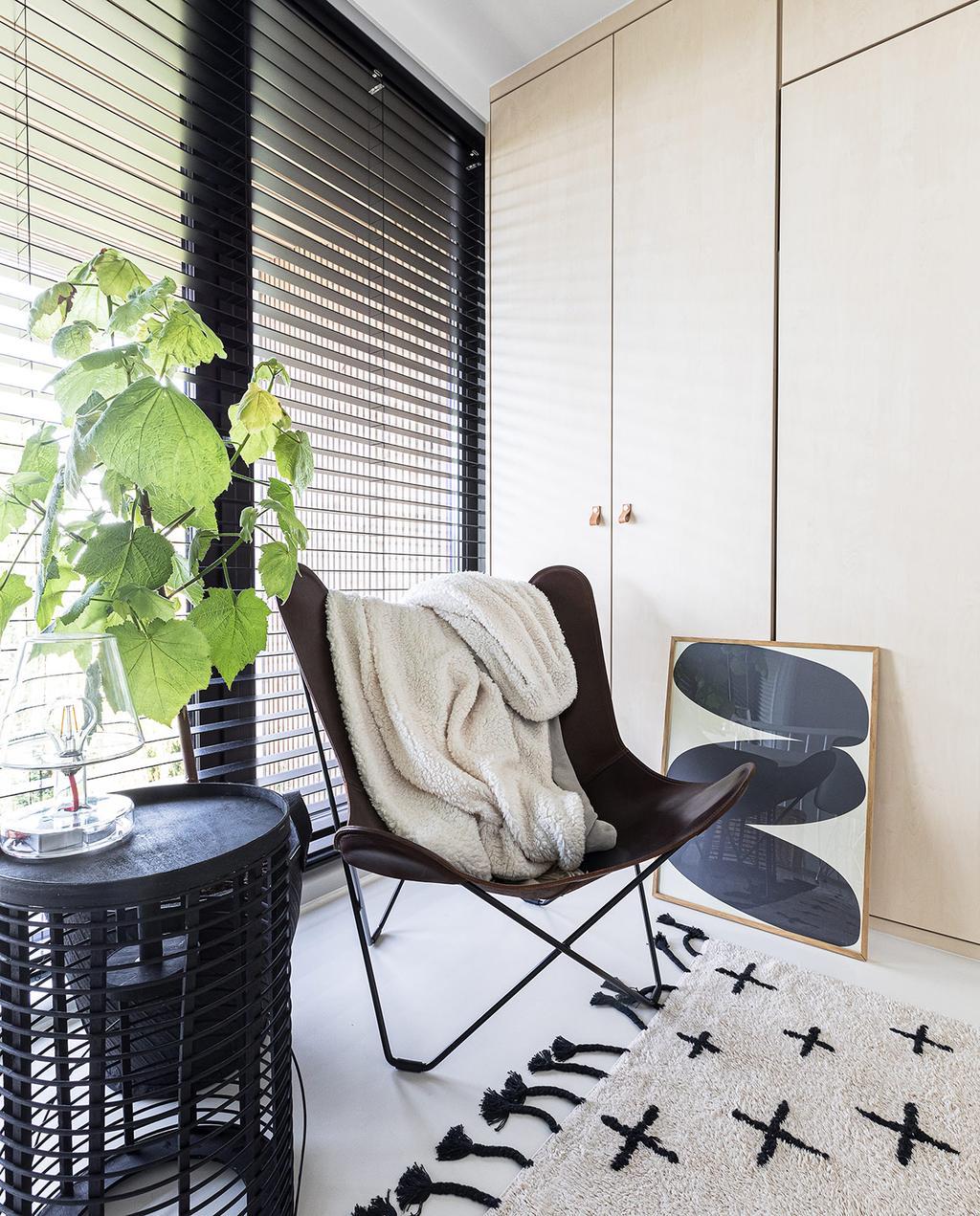 vtwonen 04-2021 | vlinderstoel met fauteuil en vloerkleed