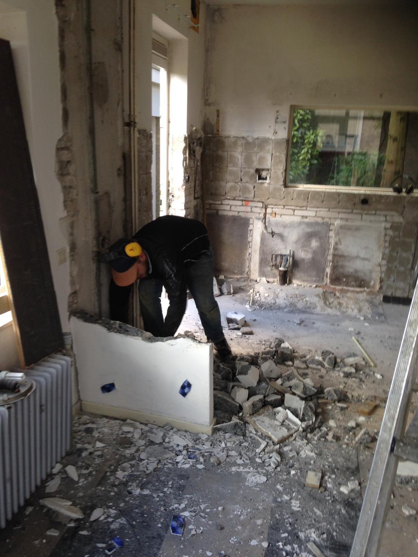 laatste-stuk-muur-tussen-oude-keuken-en-eetkamer-wordt-afgebroken