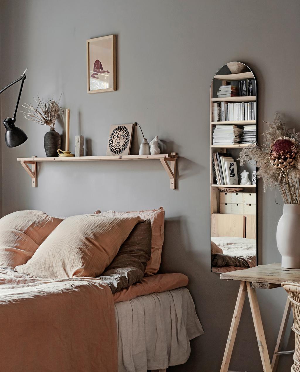 vtwonen 05-2021 | slaapkamer met opgemaakt bed in Scandinavisch appartement
