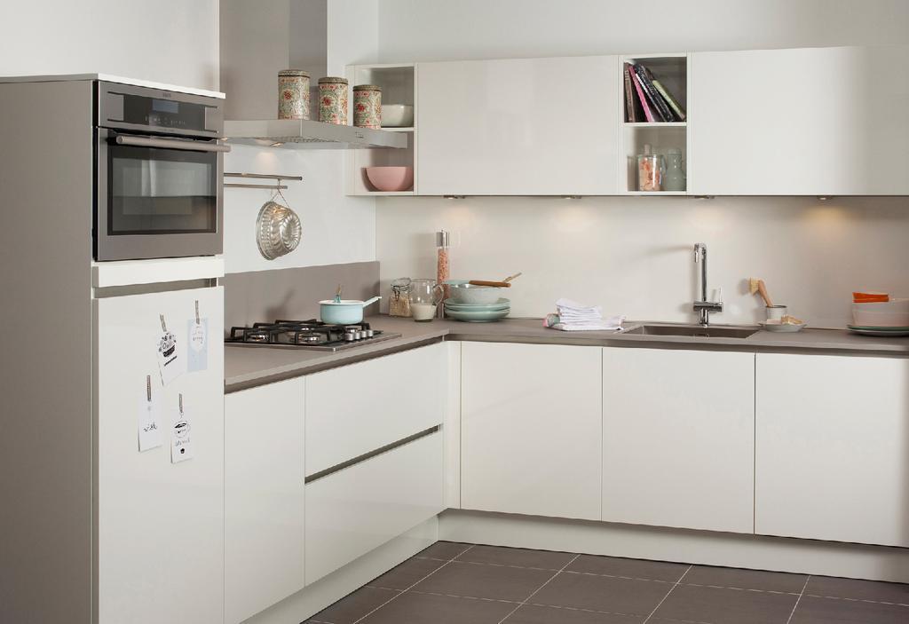 steinhaus-gl-schloss-deze-witte-hoekkeuken-blinkt-uit-in-eenvoud-de-glanzende-witte-kasten-zijn-greeploos-en-vormen-een-mooi-geheel-met-het-grijze-composieten-werkblad-de-open-vakken-ideaal-voor-kookboeken-favoriet-servies-of-sierlijke-accessoires-zorgen-voor-een-levendig-sfeervol-beeld-de-hoekkeuken-vormt-de-perfect-werkdriehoek-waarin-u-snel-en-makkelijk-uit-de-voeten-kunt-ook-dankzij-apparatuur-van-het-uitstekende-merk-aeg-behalve-de-geintegreerde-koelkast-zijn-er-een-multifunctionele-oven-een-gaskookplaat-een-geintegreerde-vaatwasser-en-een-afzuigkap-van-dit-a-merk-de-designspoelbak-en-kraan-zijn-van-het-merk-job-met-onder-andere-de-twee-brede-laden-biedt-deze-keuken-volop-opbergruimte-witte-greeploze-hoekkeuken-werkblad-van-composiet-designspoelbak-en-kraan-volop-opbergruimte-luxe-inbouwapparatuur-van-aeg