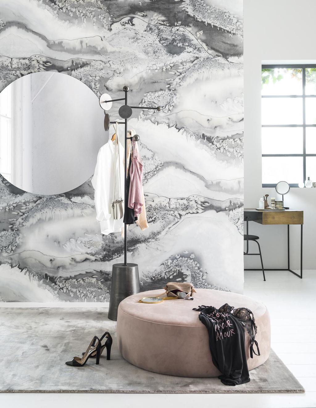 Een kleedkamer met marmer behang