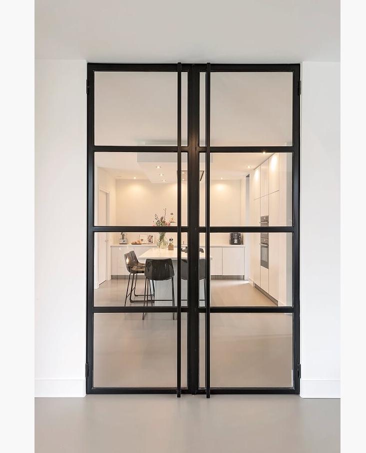 de-stalen-deuren-die-de-woonkamer-verbinden-met-de-keuken