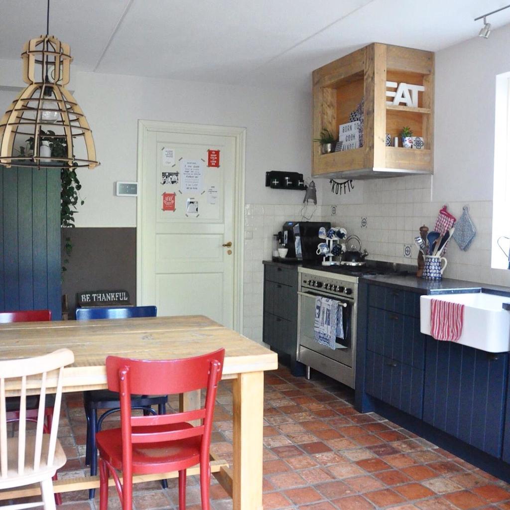 we-wilden-graag-een-blauwe-keuken-en-dat-was-ruim-tien-jaar-geleden-nog-niet-zo-eenvoudig-de-tegels-op-de-vloer-komen-uit-een-frans-klooster-en-geven-de-keuken-warmte-en-gezelligheid