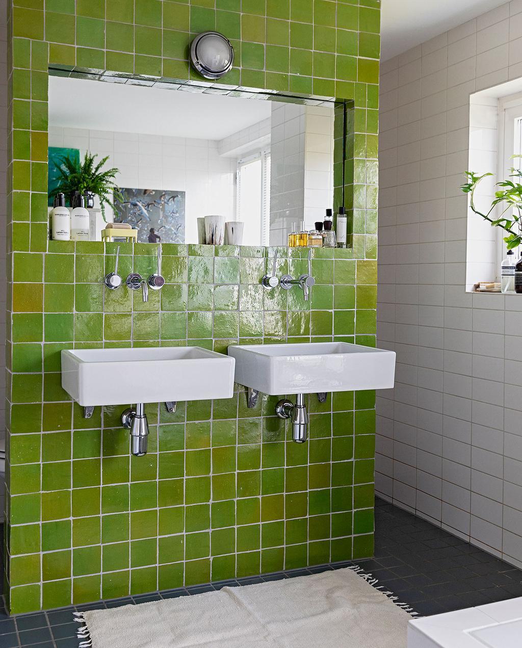 vtwonen 07-2021 | groene tegels in de badkamer