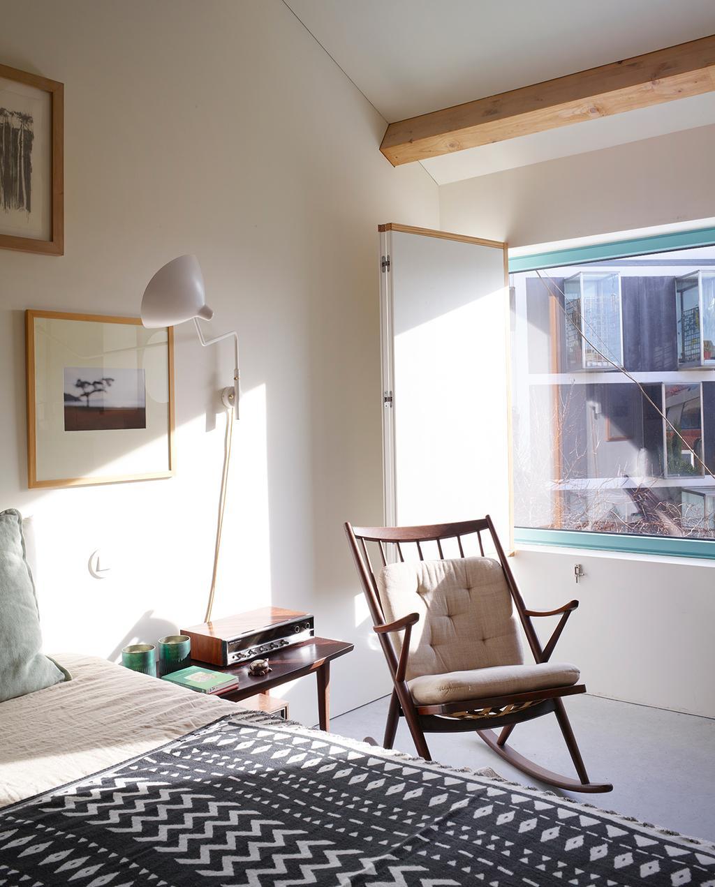 vtwonen 05-2020 | modern stadshuis Porto slaapkamer met schommelstoel