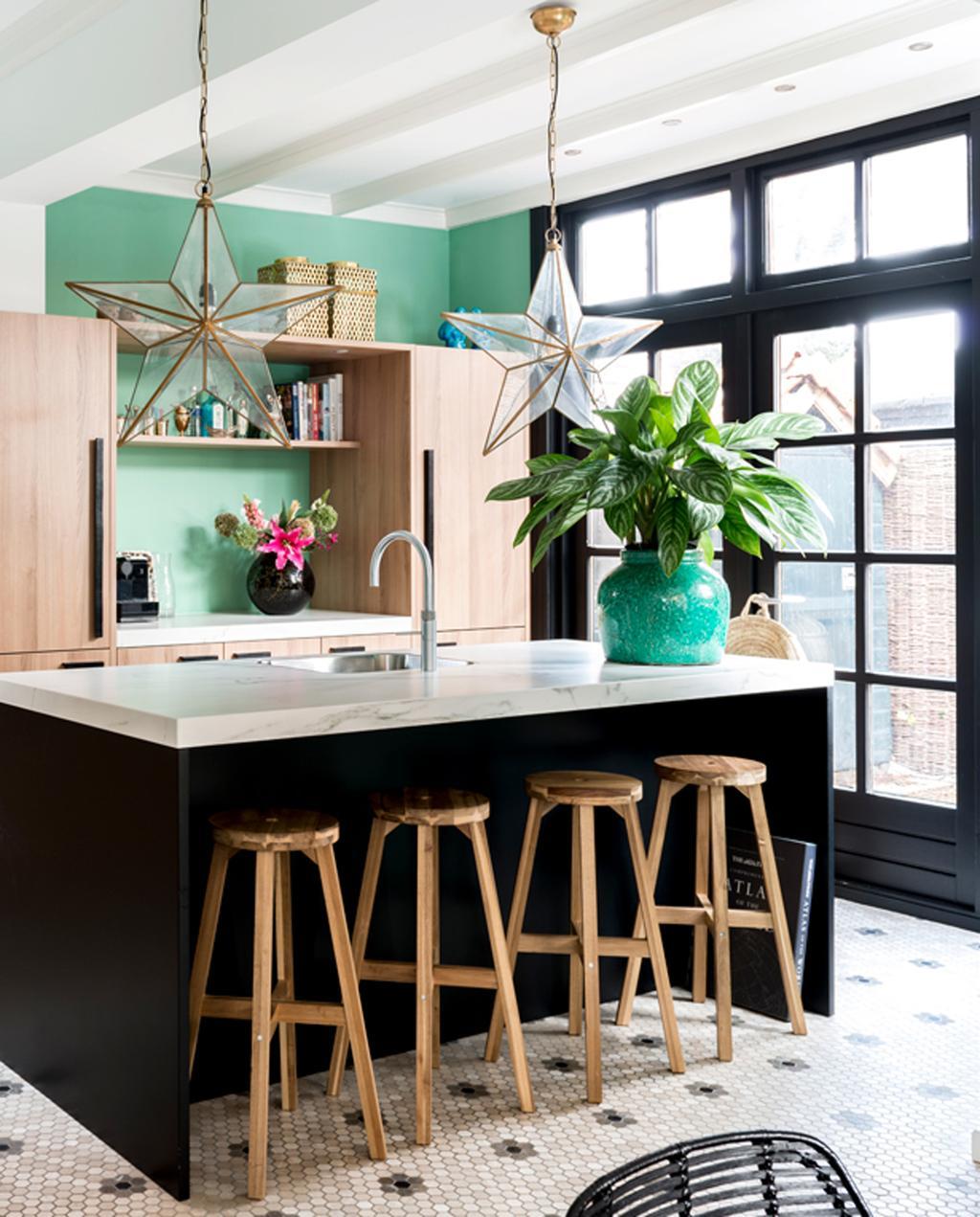 vtwonen binnenkijken special 2019 | binnenkijken in jaren twintig huis in Wassenaar keukenblok