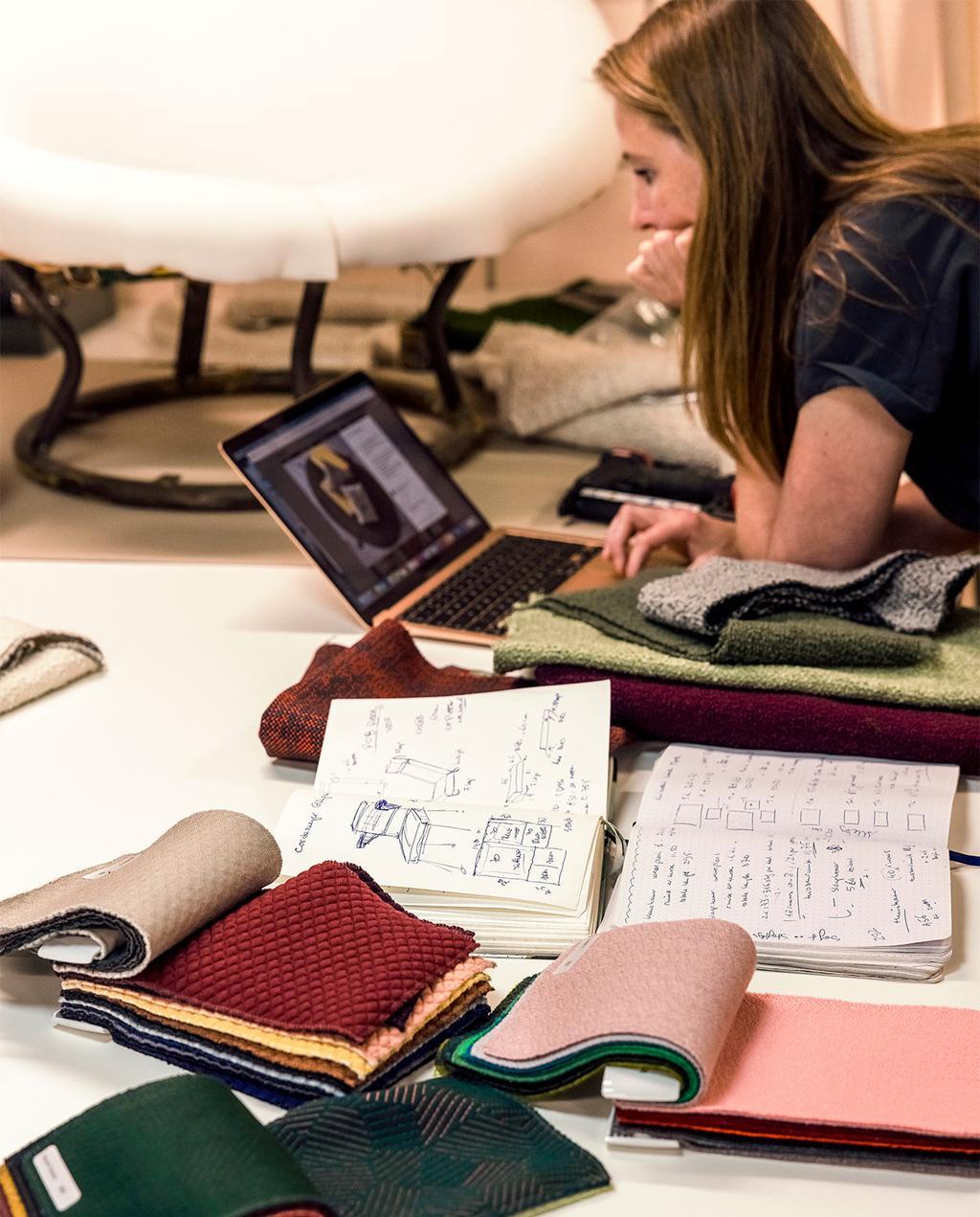 vtwonen 08-2021 | Noor bezig achter haar laptop