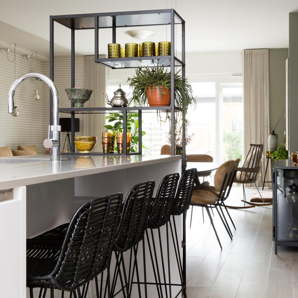 Stellingkasten in de keuken zijn goede alternatieven voor keukenkastjes