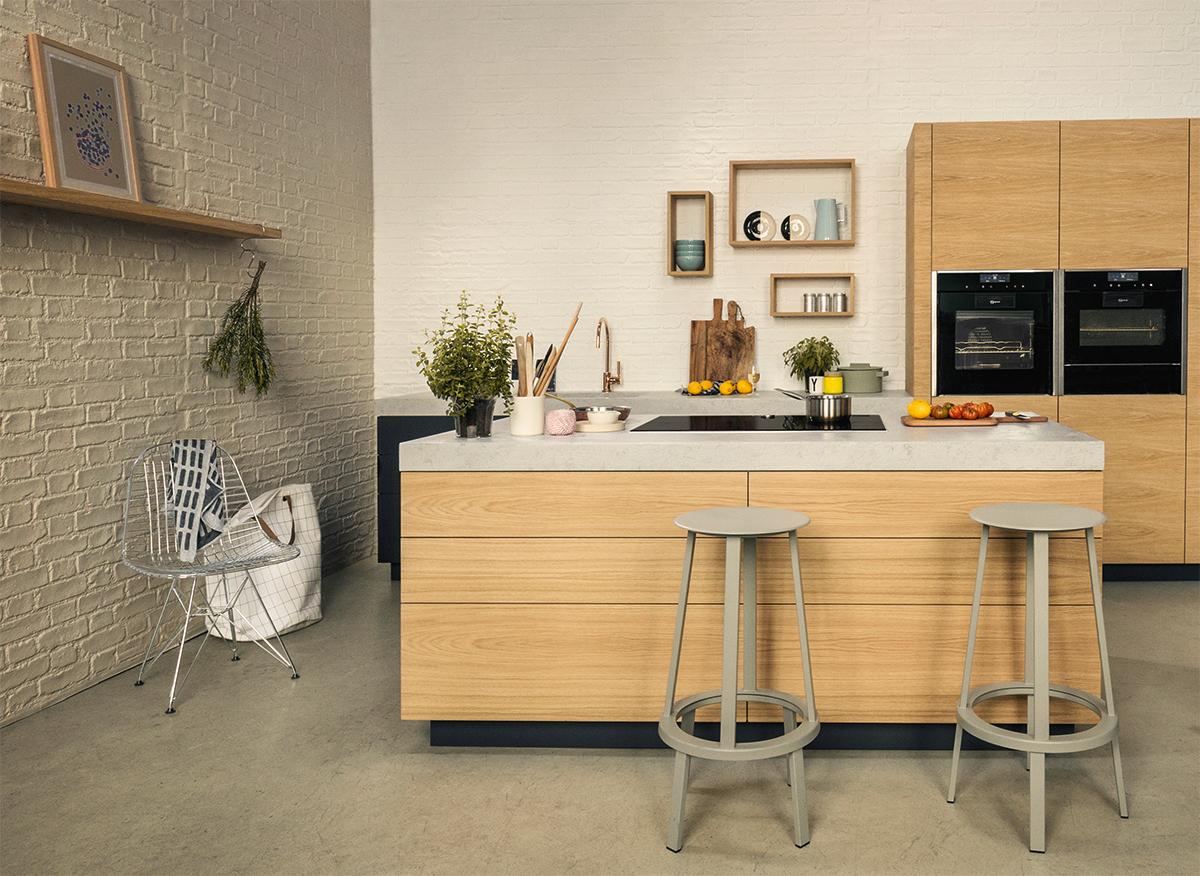 Lichte keuken met kookeiland en barkrukken