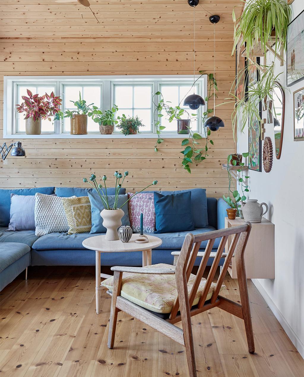 vtwonen special zomerhuizen 07-2021 | blauwe hoekbank met een stoel van hout