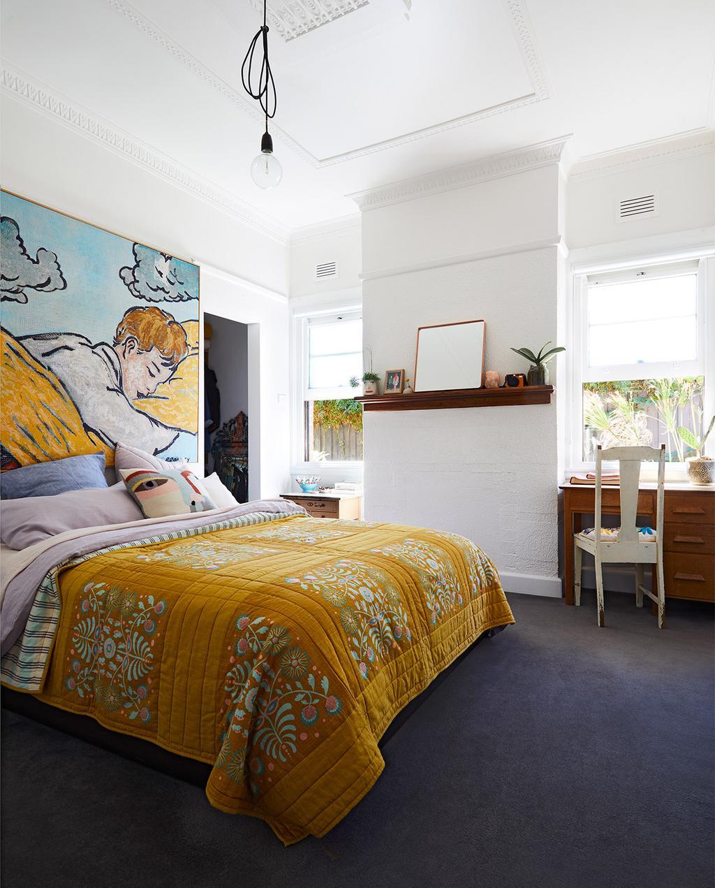 vtwonen binnenkijk special zomerhuizen 07-2021 | geel dekbedovertrek in de master bedroom van de slaapkamer