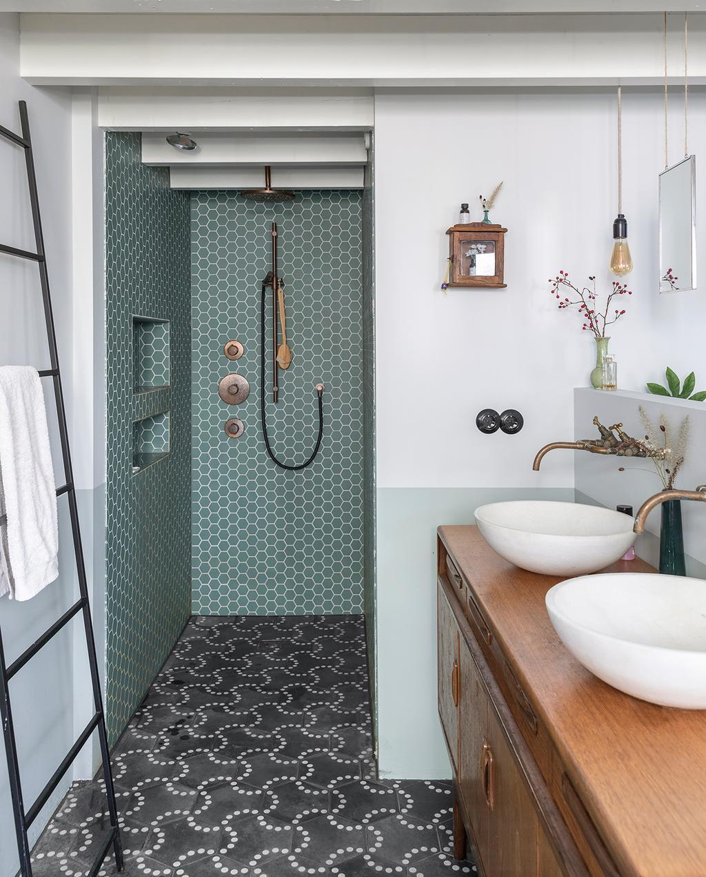 vtwonen 04-2020 | badkamer met patroon tegels en ronde wasbakken Amsterdam