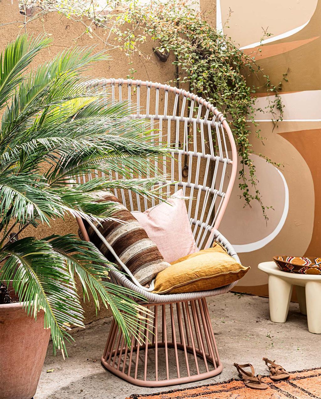 vtwonen 07-2021 | grote rieten stoel met roze kleuren