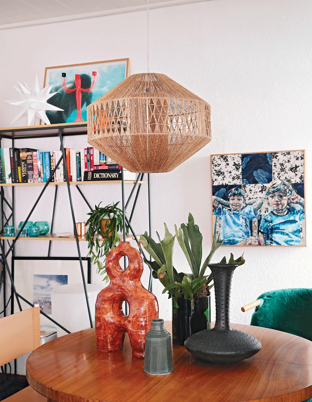 vtwonen special zomerhuizen 07-2021   ronde tafel met stoelen   vintage   vlooienmarkt tips