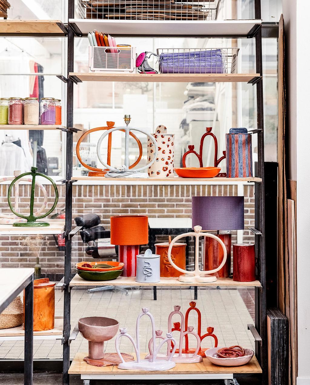 vtwonen 05-2021 | kast met handgemaakte kandelaars en andere creaties van keramiek
