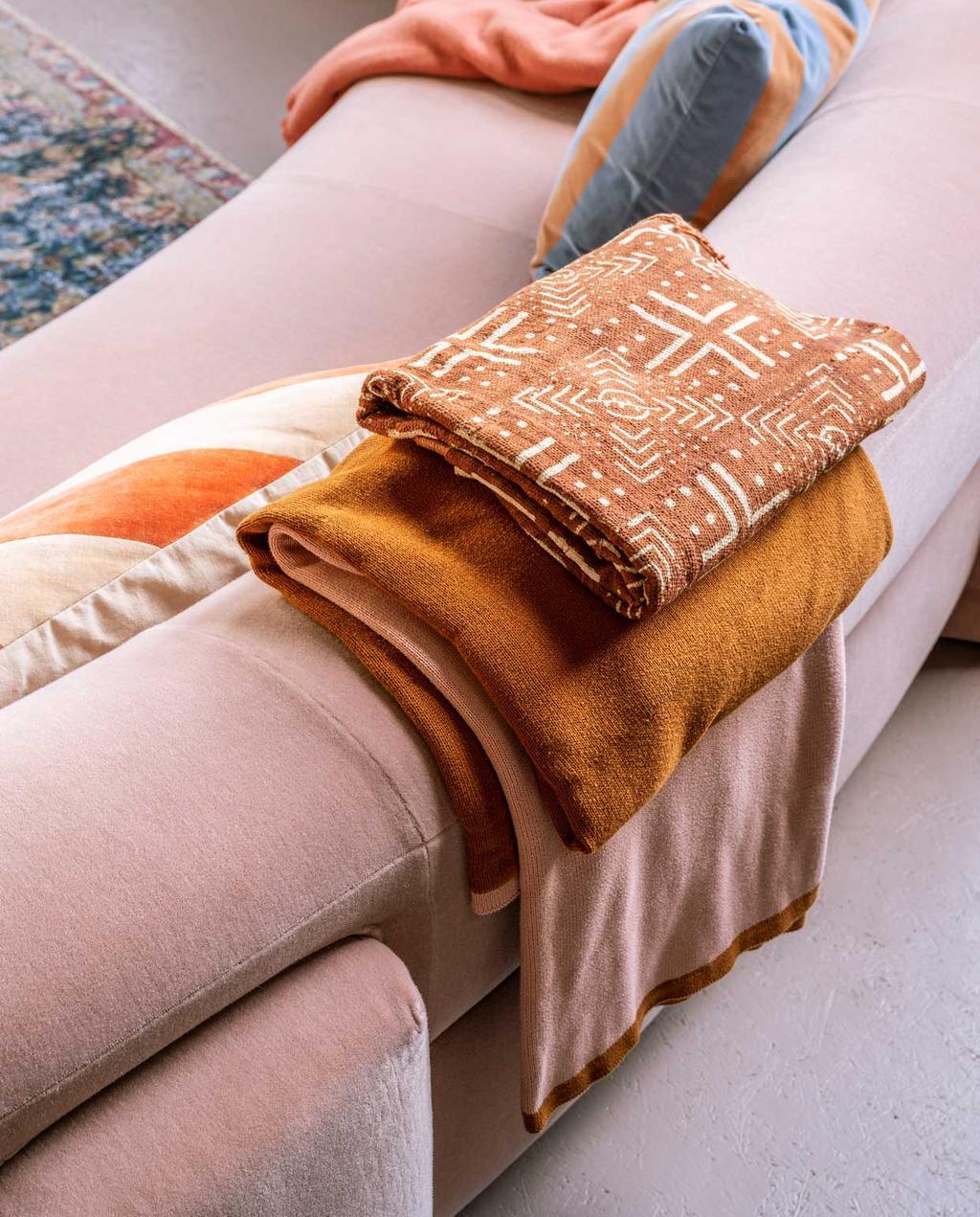 vtwonen trendhuis 10-2020 | roze woonkamer met velours bank oranje plaids